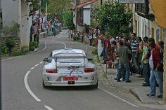 PORSCHE 911  RALLYE LLANES  #rallye #leonesp  Otra espectacular foto de la trasera del Porsche,  En la curva que esta tomando el coche, se toma en 5º a fondo (150 km/h). Imagina la velocidad que lleva al final de la recta, que aunque no se aprecia termina en otra curva rápida.  Da miedo.  La Foto no es mía, es me mi amigo Urbano.