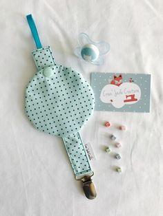 En coton a l'extérieur et à l'intérieur   .  Possède une petite pochette à pression qui coulisse pour protéger la tétine quand bébé ne l'utilise pas . Le clip est très - 19236799