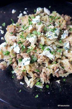 Kermainen sinihomejuusto-kaalipaistos pastan himoon /// Hyviä uutisia pastan ystäville! Etenkin sinulle, joka et syystä tai toisesta voi tai halua vehnäistä pastaa pupeltaa. Sillä tämä kermainen, sinihomejuustolla maustettu kaali-jauhelihapaistos muistu… Koti, Potato Salad, Potatoes, Cheese, Ethnic Recipes, Potato
