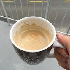 Der erste Kaffee heute... Nachdem die Jura gestern nur noch tröpfchenweise Kaffee abgegeben hat hiess es dringend entkalken. Leider auf einem Sonntag keine Entkalkungstabletten im Haus! Also heute morgen aus'm Haus ohne einen ml Kaffee... Nachdem Entkalken wollte sie auch noch reinigen... Yeah! Nun endlich einen Kaffee und wie man sieht draussen ja rauchfrei klappt nicht... Egal... Der Tag kann nur besser werden es gab schon ein paar Kekse und eine Schüssel mit Haferflocken. Schauen wir ma…
