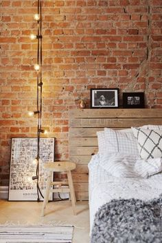 Mur en briques et tête de lit en palette dans une chambre look industriel http://www.homelisty.com/tete-lit-palette/