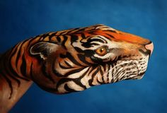Body painting is art, where human skin is temporary painted by non-toxic colors. Body painting is limited for several hours. Body painting is also called as Hand Art, Finger Painting, Hand Painting Art, Airbrush Painting, Artist Painting, Cool Paintings, Animal Paintings, Hand Kunst, Inspiration Artistique