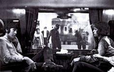Paul McCartney y Mick Jagger en un tren. 1967. 13Fotografías que noencontrarás enningún manual dehistoria