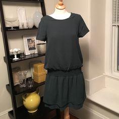 Banana Republic Dress Size 6 Super cute pull over dress, gently worn, great condition. Size 6 emerald green color. Banana Republic Dresses Midi