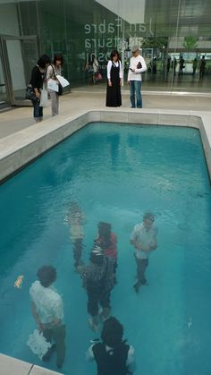 A fake (and confusing) swimming pool/art installation by Leandro Erlich at the Century Museum of Art in Japan Collage Kunst, Art Public, Instalation Art, Art Sculpture, Art Plastique, Oeuvre D'art, Les Oeuvres, Amazing Art, Swimming Pools