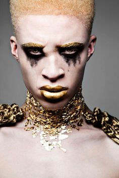 Shaun Ross born in NYC in Shaun is known as one of the first Albino models. He's modeled for Alexander McQueen and Givenchy. And can be found in Vogue, GQ, and Paper Magazine. Shaun Ross, Male Makeup, Beauty Makeup, Face Makeup Art, Sfx Makeup, Modelo Albino, African American Models, Avantgarde, Fantasy Make Up