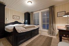 Stor, innholdsrik og meget solid hytte med flott beliggenhet