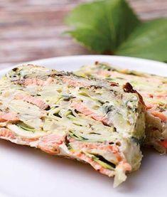Die Zucchini-Lachs-Lasagne lässt Dickmacher komplett weg. Dieses Rezept zum Abnehmen ist bestens geeignet für Kochmuffel und Leute, die es eilig haben.