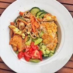 Heute gibt's mal mittags meine Saladbowl weil ich heute Abend mit @heygingerninja zusammen koche  Wie immer alles bunt zusammengewürfelt mit Ofengemüse Tomate und Gurke  Dazu noch 120g Hähnchen mit Cornflakespanade  Das schmeckt so geil ich hab einfach Huhn in Eiklar und (zuckerfreien) Cornflakes gewendet und im Ofen gebacken  Was gibt es heute bei euch? #lunch #yummy #saladbowl #nutrition #lowcarb #foodisbae #offseason #balance by annasfitstories