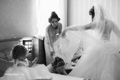 Fotografia de casamento - Karla e Anderson  - Making of da noiva, noiva se preparando para o casamento, vestido de noiva, noiva se vestindo - Samuel Marcondes Fotografias - Cafezal em Flor, Alfenas, Minas Gerais.