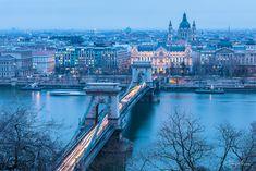 Primer día en Budapest y como no, tenía que visitar este mirador. La mayoría de fotos que he visto de este lugar son en vertical, pero a mí la verdad es que no me acaba de convencer ese encuadre. ¿Qué os parece en horizontal? utilizando la regla de los tercios y rellenando los huecos con esos árboles que quedan tan bien. La hora escogida, la hora azul para combinar colores fríos y cálidos. Habrá que ver si puedo repetirla con esos colores del amanecer que tanto me gusta.  #budapest #bridge…