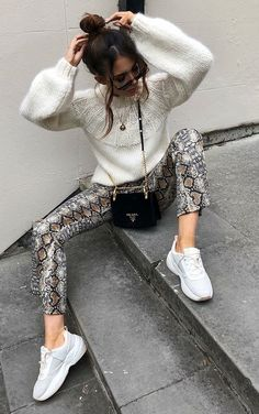 Guia do animal print por Alicia Roddy - Guita Moda Snake Print Pants, Animal Print Pants, Animal Print Outfits, Animal Print Fashion, Printed Pants Outfits, Trouser Outfits, Casual Outfits, Look Fashion, Autumn Fashion