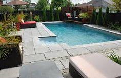Aménagement paysager contemporain d\'une cours arrière avec piscine ...