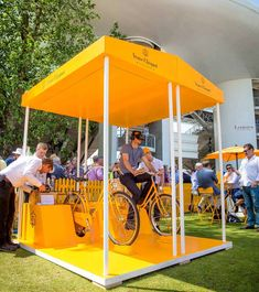 Be transported to the vineyards of with our Virtually Clicquot pop-up Interactive Board, Interactive Installation, Interactive Learning, Art Installation, Green Marketing, Event Marketing, Corporative Events, Veuve Cliquot, Beer Factory