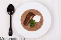 Фасолевый суп в мультиварке Фасоль консервированная — 400 г Лук репчатый — 1 шт. крупная Морковь — 1 шт. крупная Сельдерей стеблевой — 1 шт. (стебель) Картофель — 2 шт. Ребра — 200 г копченые Сметана — 4 ст.л. для подачи Петрушка — 4 веточка (-и) для подачи Масло оливковое — 2 ст.л. Кориандр — 1 щепотка (-и) Перец чили — 1 щепотка (-и) (молотый) Соль — по вкусу Вода — 0.6 л