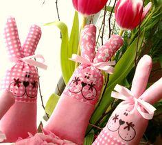 """Velikonoční zajíčci s kapsičkou růžoví ... :o) Zajíček s kapsičkou na velikonoční """"nadílku"""". Možné použít jako zápich i jako zavěšenou dekoraci ( v tom případě dodám vyšívací bavlnku :o) ) nebo prostě jako hračku pro """"mrňousky"""". Materiál 100% bavlna, na ouškách stužka, domalovaný je barvami a fixem na textil, plněný dutým vláknem. Lze vyprat na šetrný ..."""