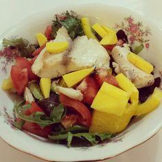 Dinner : mixed salad, tomato, mangos, fresh tilapia, yellow pepper, lime, balsamic vinagar! Yum