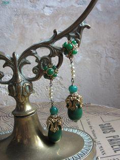 Mademoiselle Brocantine ~ Les oreilles de vert vêtues...Boucles d'oreilles anciennes. #brocante
