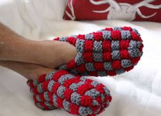 Red Slippers, Knitted Slippers, Crochet Art, Sewing, Knitting, Pattern, Gifts, Shoes, Color