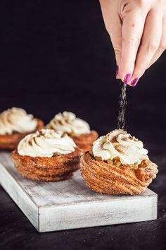 Churro mističky s jablečnou náplní Pastry Recipes, Dessert Recipes, Eastern European Recipes, Cinnamon Donuts, Food Fantasy, Sweets Cake, Bread And Pastries, Easy Bread, How Sweet Eats