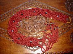cinturón de macramé hecho en trapillo color cereza. Utilicé nudo plano para el interior de los rombos y nudo de cordón para el contorno de los mismos. El cierre es una arandela de madera para cortinas XD.