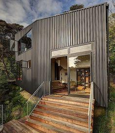 Das hier ist ein cooles Haus in Neuseeland. Es nennt sich Blackpool House und wurde von den Glamuzina Paterson Architects entworfen. Mit der schwarzen Metallverkleidung außen wirkt es recht unspektakulär, ist innen aber überraschend kreativ gestaltet. Insg