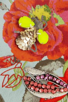 Итак, седьмая часть на тему разнообразия вышивки и возможности использовать ее в повседневной жизни, украшая и дополняя различные аксессуары. Эта подборка получилась особенно красочной: птицы, цветы и насекомые, перья, этнические мотивы... все, что нужно для необычного и яркого образа! Предыдущие публикации на тему декора сумок можно посмотреть здесь и здесь. Приятного просмотра и вдохновения!