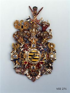 Pendant with the Saxon Arms Saxony, circa 1610 The gorgeous, studded with over a hundred gems Saxon coat of arms was once well as Hutzier. It shows the three helmets and crossed Kurschwertern crowned ducal Saxon coat of arms, which are attached to its territories. You are complimented by the coats of arms of Jülich, Cleves and Berg, rose to the Electorate of Saxony, as well as Brandenburg claims.