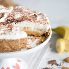 Nur ohne Backen und gut gekühlt kann aus Bananen, Toffee, Sahne auf einem knusprigem Vollkornkeksboden ein echter Banoffee Cake werden!