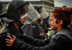 Un-policía-y-un-manifestante-lloran-juntos.-Sofia,-Bulgaria,-2013.