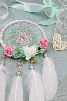Dreamcatcher white and roses Making Dream Catchers, Dream Catcher Craft, Kids Crafts, Diy And Crafts, Arts And Crafts, Los Dreamcatchers, Crochet Projects, Craft Projects, Dreamcatcher Design