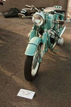 I've always wanted to be an airhead. :) First, I must sell my 2007 Suzuki Boulevard, then I must raise about another 14K to get this gorgeous '67 BMW R50/2. Either that, or find myself a sugar daddy into vintage bikes. ;)