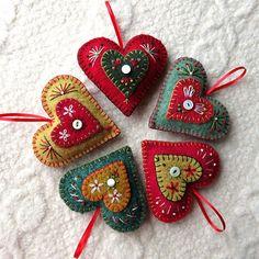 Rolling Wool Felt Seams for Primitive Doll Patterns – Needle Felting Handmade Christmas Decorations, Felt Decorations, Felt Christmas Ornaments, Diy Ornaments, Beaded Ornaments, Glass Ornaments, Christmas Christmas, Felt Ornaments Patterns, Felt Patterns