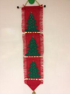 Tokaluokkalaisten joulukäsityö: punaista säkkikangasta, huopaa, kultalankaa, olkia, kulkunen. (Aino-Maija Peltoniemi/FB, Alakoulun aarreaitta)