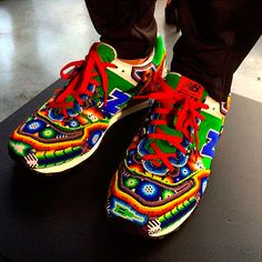 """Mexicano presenta en NY línea de ropa y calzado inspirada en el arte """"huichol"""""""