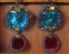 Boucles d'oreille textiles dormeuses rondes réversibles en velours, soie et tissus variés dans les tons bleus et bordeaux. Made by Lunabellune