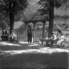У неділю до церкви... Село Білин, Рахівщина, 1930-і рр. Old Pictures, Old Photos, Carpathian Mountains, Old Photographs, Life Images, Poland, Past, Culture, History