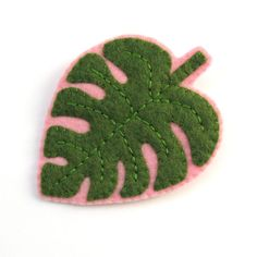 Bugs and Fishes by Lupin: Plant Lady Brooches: Felt Monstera Leaf Brooch Tutorial Felt Crafts Diy, Felt Diy, Fabric Crafts, Felt Keyring, Felt Leaves, Diy Patches, Felt Embroidery, Felt Brooch, Brooch Pin