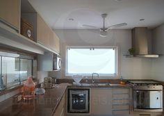 A espaçosa cozinha foi equipada com modernos eletrodomésticos em aço inox, armários planejados e bancada em granito. Uma ampla janela sobre a pia mantém o cômodo sempre bem iluminado e arejado.