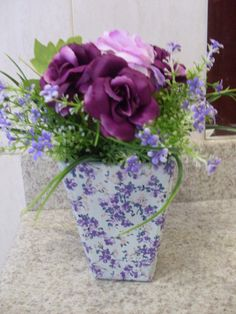 Vasinho com arranjo de flores artificiais, em mdf, revestido com tecido floral, combinado com as flores