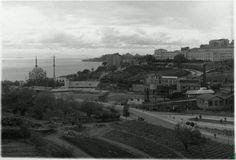1936 yılından iki Beşiktaş fotoğrafı... Henüz Barbaros bulvarı yapılmamış. (1957'de yapılacak o bulvar.) Bir stad var evet ama, bu stad, henüz inşa halinde. (Sarayın ahırları yıkılmış elbette. Sahanın olduğu yerde eskiden ahırlar vardı.) O stad 1947'de bitecek ve 2013'e kadar hizmet verecek. (Maçka parkı, o tarihlerde TARLA...) Şehircilik nostaljisi: https://www.facebook.com/media/set/?set=a.729919750461296.1073741846.516121901841083&type=3