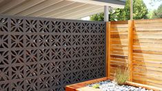 We can see breeze block wall in exotic homes in the past. Generally a rooster wall surface is positioned over the door or window. The shape of the breeze block wall additionally differs, such as boxes, squares, hexagons, and more. Decorative Concrete Blocks, Concrete Block Walls, Cinder Block Walls, Breeze Block Wall, Exotic Homes, Casa Patio, Breezeway, Outdoor Living, Outdoor Decor