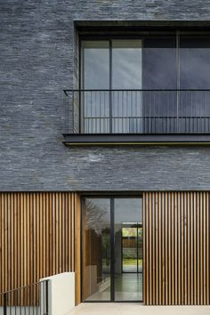Image 11 of 25 from gallery of NS Residence / Blatman-Cohen Architects. Photograph by Amit Giron Image 11 of 25 from gallery of NS Residence / Blatman-Cohen Architects. Photograph by Amit Giron House Cladding, Timber Cladding, Exterior Cladding, Cladding Ideas, Design Exterior, Facade Design, House Design, Cladding Design, Architecture Résidentielle