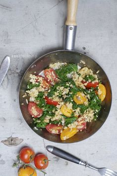 Zielony jarmuż, czerwone pomidory i żółta kasza jaglana - mistrzowski zestaw na poprawę nastroju. Może być na śniadanie albo szybki lunch, tylko od Ciebie zależy kiedy Ci z mistrzem wygodniej.