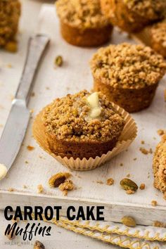 This easy Carrot Cake Muffins recipe is the perfect brunch treat. A few changes to your typical carrot cake ingredients results in soft, moist muffins with a crunchy crumble topping so you can't stop at one. Easy Carrot Cake Muffins Recipe, Carrot Muffins, Carrot Cakes, Pavlova, Carrot Cake Ingredients, Cheesecake Oreo, Sauce Creme, Crumble Topping, Nutrition