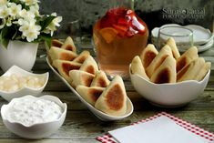 Sünis kanál: Hacsapuri falatok fűszeres-sajtos túróval töltve, lila hagymás tejföllel