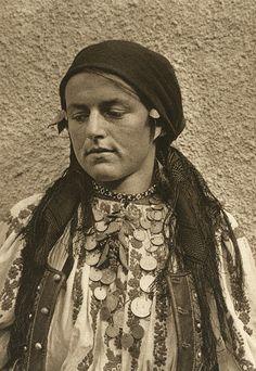 Kurt Hielscher, photo from Romania in 1933 Transylvania Romania, City People, Old Photography, Folk Embroidery, European History, Photomontage, Vintage Photographs, Black And White Photography, Old Photos