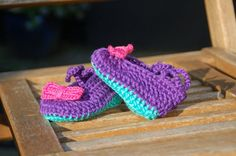 Crochet baby booties, baby shoes, baby slippers in pretty pink with a small rose on top. Free shipping!! Babyshower gift
