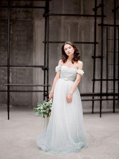 Arsenia // Grey tulle wedding dress low back von Milamirabridal