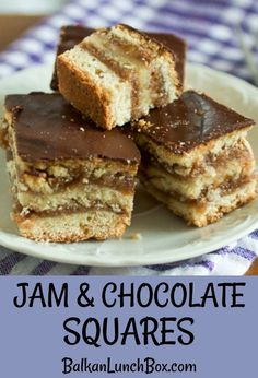 Jam and Chocolate Squares: dark chocolate, apricot preserve, ground walnuts. fantastic dessert to impress your family and friends! Perfect for holidays. You'll enjoy every bite! Single Serve Desserts, Desserts For A Crowd, Winter Desserts, Great Desserts, Delicious Desserts, Hot Fudge Cake, Hot Chocolate Fudge, Chocolate Squares, Trifle Desserts